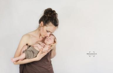 fotografia niemowlęca, fotografia dziecięca Toruń, sesja zdjęciowa dzieci studio fotografii dziecięcej, Tymek, mama i dziecko