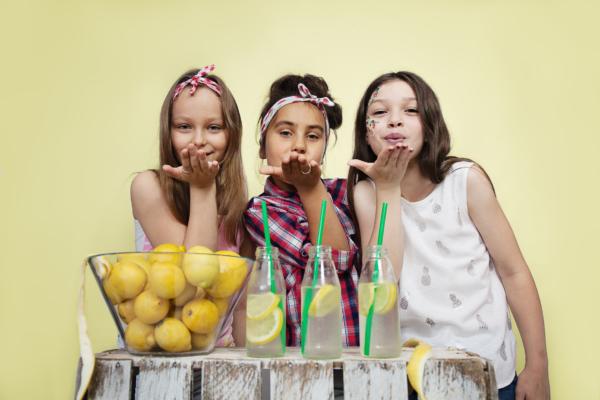 dzieci, dziewczyny, cytryny, lemoniada, przyjaciółki